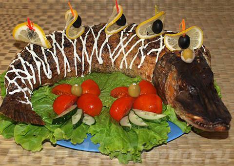 Готовая фаршированная щука на блюде