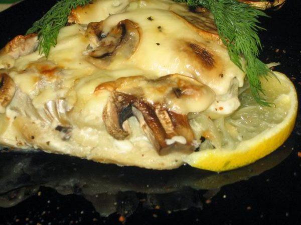 карп с грибами под сыром