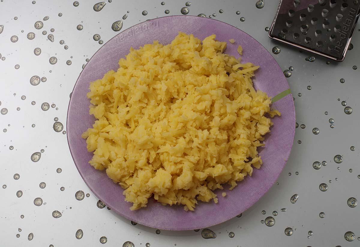Картофель натереть на крупной терке