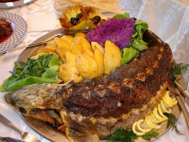 Аппетитный осетр, приготовленный в духовке с картофелем и начинкой