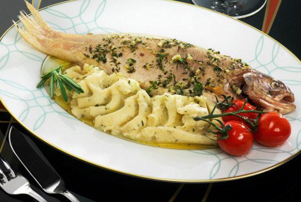 подача рыбы с картофельным пюре