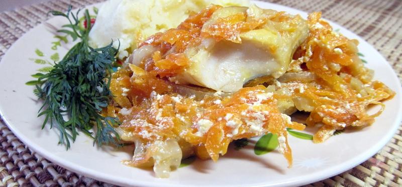 Тушёный минтай с луком и морковью на сковороде