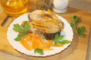 Горбуша с морковью и луком на сковороде: фото к шагу 7.