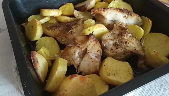 Готовое блюдо морского окуня с картошкой
