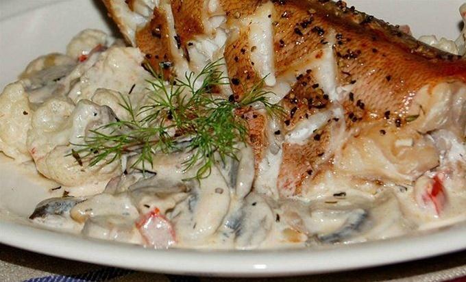 Морской окунь в духовке со сметаной