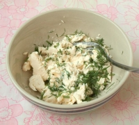 Шаг№2 - Плавленный сыр размять вилкой, добавить измельчённый укроп и хорошо перемешать.