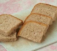 Шаг№3 - Нарезать квадратиками хлеб. У меня был хлеб с цельнозерновой мукой.