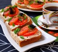 Шаг№5 - Бутерброды посыпать свежемолотым перцем и измельчённым зелёным луком