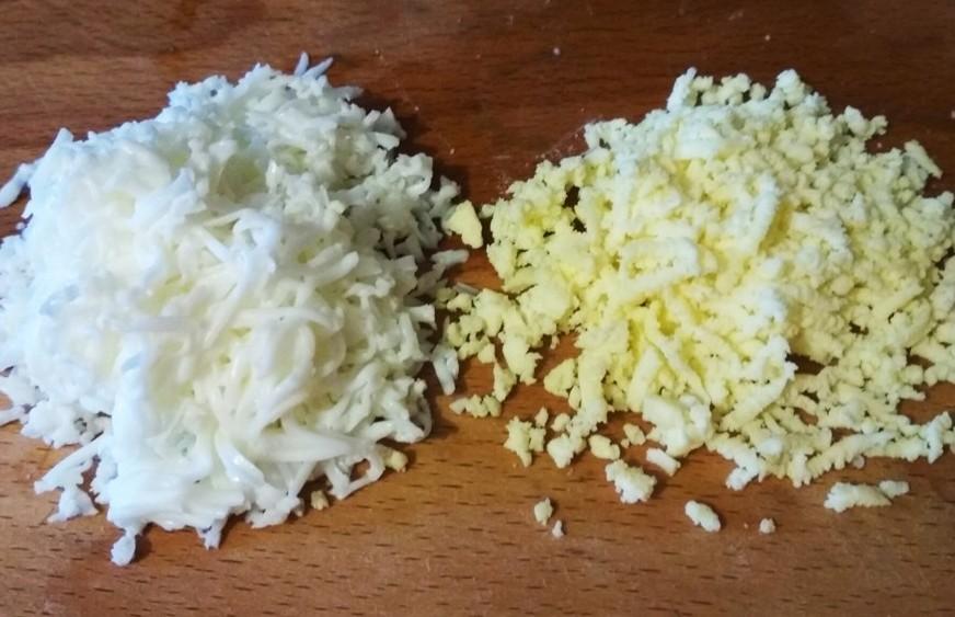 желтки и белки на терке