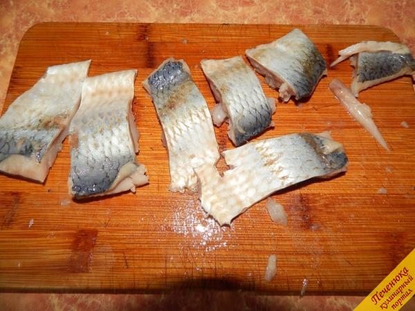 2) Филе сельди разрезаем кусочками. А также на этом этапе следует очистить репчатый лук и порезать его толстыми полукольцами или колечками (как нравится).