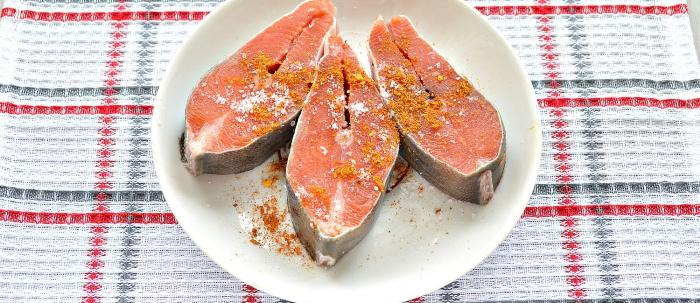 Филе горбуши, жареной на сковороде с луком