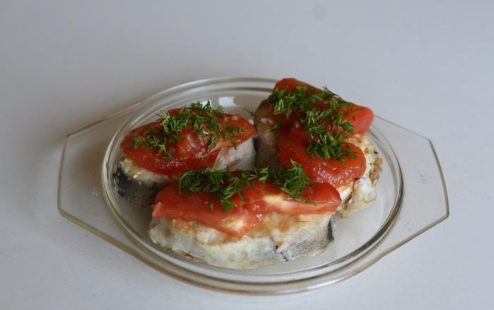 Сом с помидорами