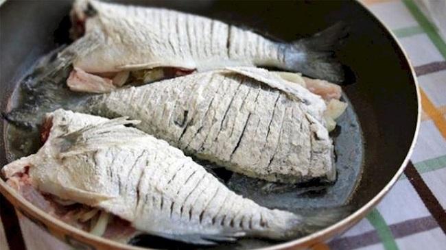 Что делать с очень костлявой рыбой. Способ, который позволит ее есть даже детям