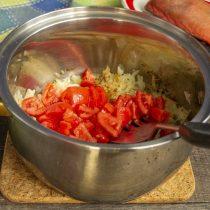 Добавляем нарезанные томаты, готовим помидоры с луком примерно 10 минут