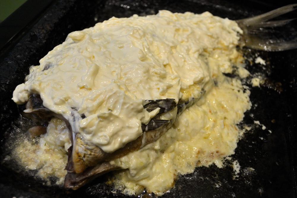 Щедро смазать сырно-майонезной смесью
