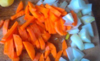 Пока рис варится, нарезают лук и морковь.