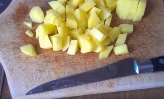 Также режут на средние кусочки картофель.