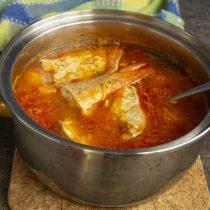 После закипания варим суп 10-12 минут. Добавляем зелень и снимаем с огня