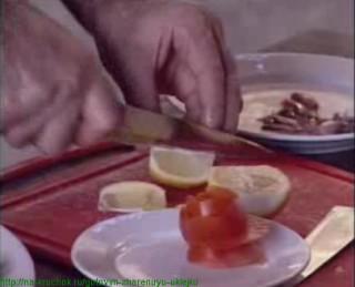 Делаем из помидора розу и режем лимон на дольки