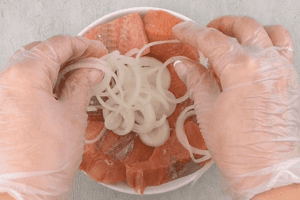 На картофель уложить филе рыбы, посолить, поперчить по вкусу.