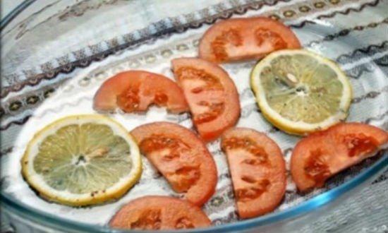Выложить дно формы помидорами