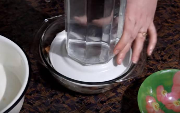 Переворачиваю сверху тарелку, помещаю гнет, банку или графин с водой.