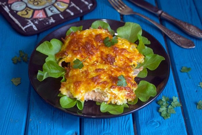 Зубатка, запеченная с овощами на рисовой подушке под сыром