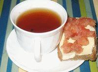 чай с бутербродом из красной рыбы