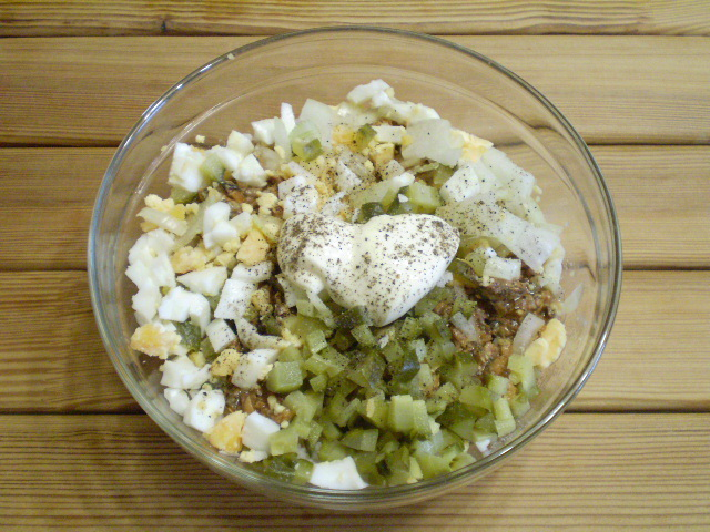 Соедините все ингредиенты салата.