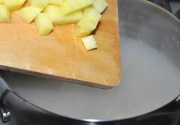 Нарезанную картошку добавить к перловке, приправить лавровым листом, перцем, посолить. Варить на небольшом огне под крышкой 4-6 минут.