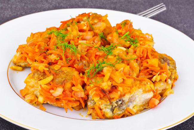 Рыба с морковью и томатной пастой