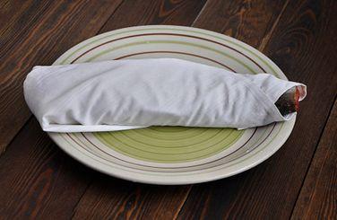 Рыбу плотно завернем в чистую сухую хлопчатобумажную салфетку или марлю и положим на тарелку или в контейнер для засолки