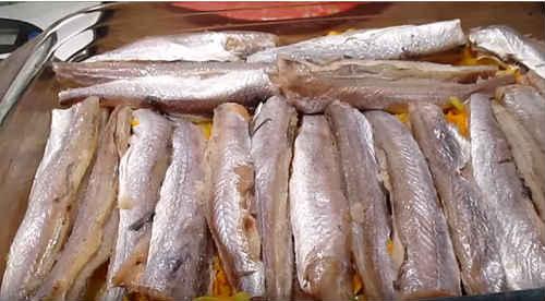 Потрошеную рыбу поделите на порции
