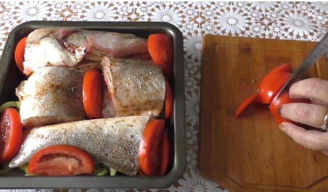 выложите маринованную рыбу