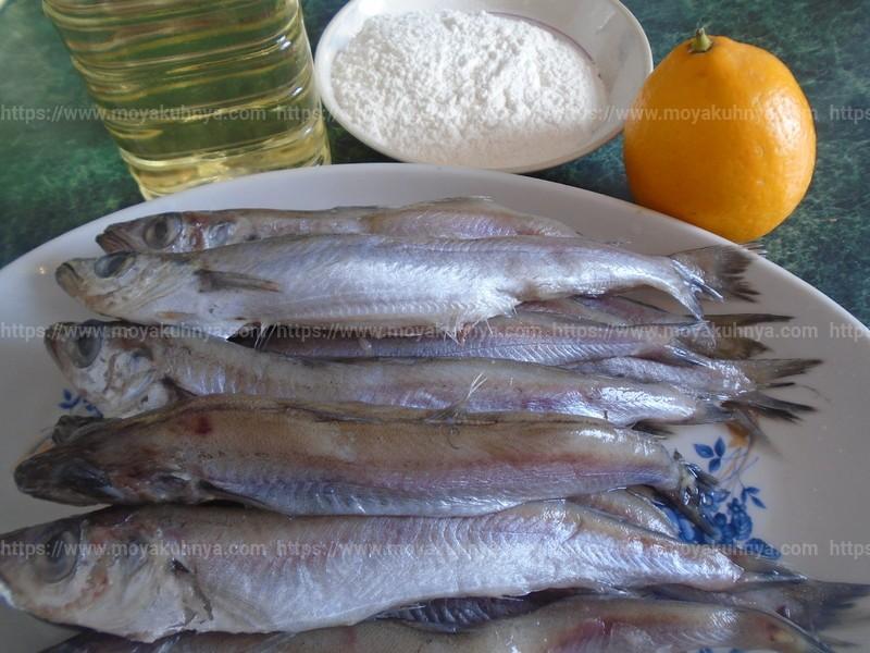 Удалите у рыбы хвосты, плавники, головы и внутренности. Вычистите брюшко, особое внимание уделяя удалению чёрной плёнки, она будет горчить, если её оставить.