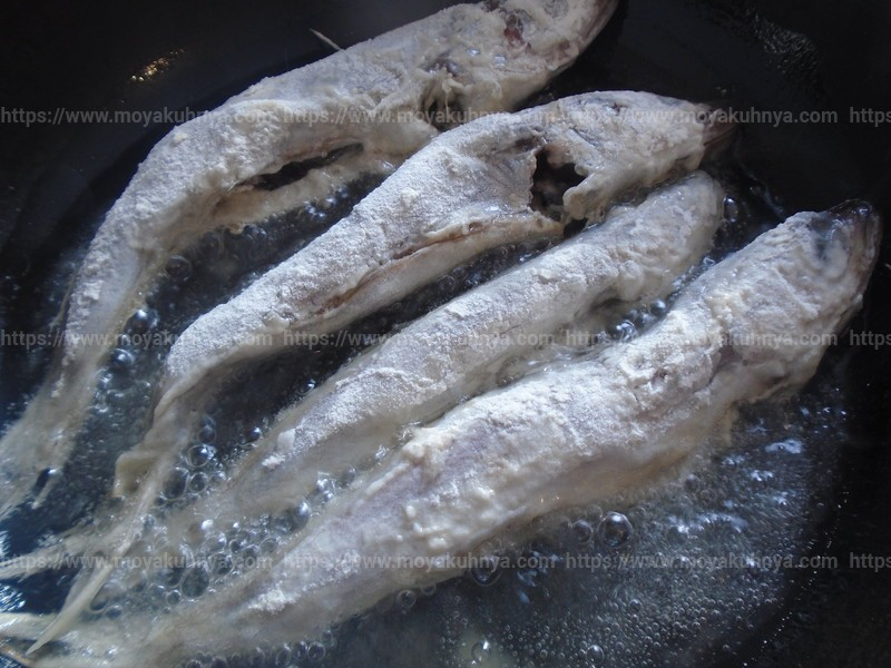 В разогретое масло выложите рыбу