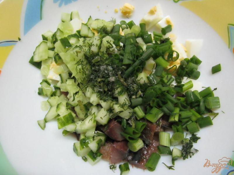 Фото приготовление рецепта: Салат из копченой рыбы с картофелем и огурцом шаг №3