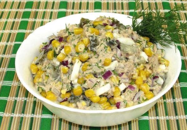 Салат с тунцом, кукурузой и солеными огурцами 1