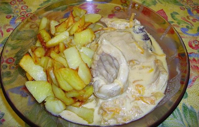 Налим в духовке с картошкой и сметаной