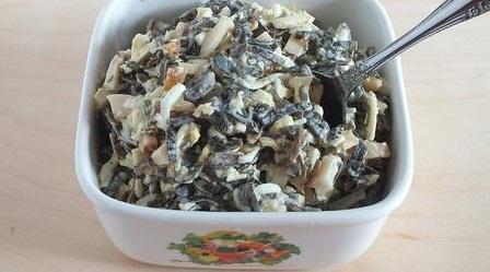 Заправьте салат чесночной заправкой