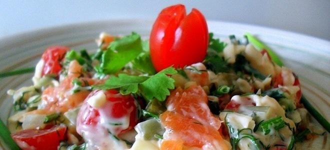 салат с копченой рыбой и помидорами