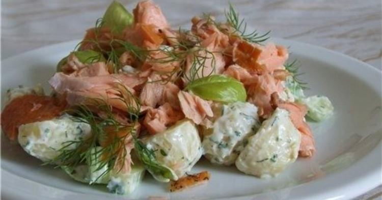 Салат с копчёной рыбой и картошкой