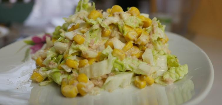 Салат с тунцом и яйцом и кукурузой