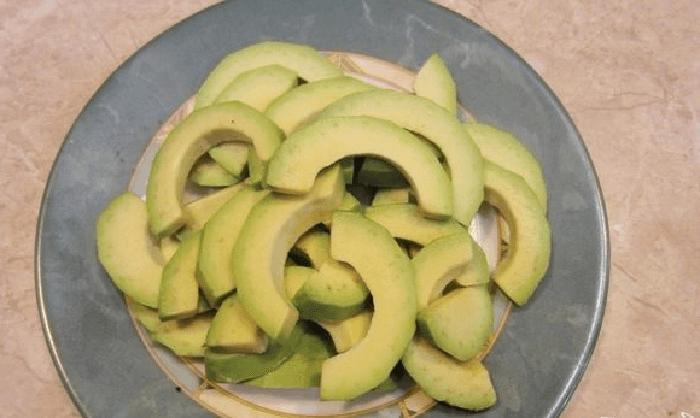 Авокадо нужно нарезать полукольцами