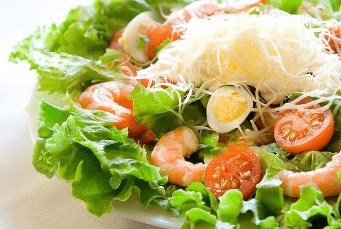 Диетический салат из креветок