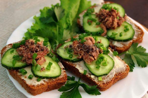Бутерброды с тунцом и свежим огурцом 1