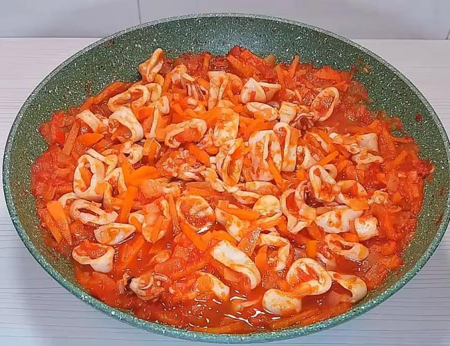 Как пожарить кальмары с луком и томатом на сковороде
