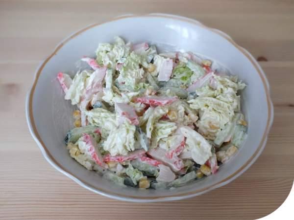 Переложите овощи в салатник