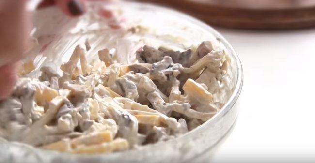 Салат с кальмарами самый вкусный и простой – рецепты