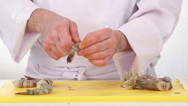 Креветки выложить в сковородку